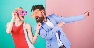F?te au bureau Meilleurs amis Couples dans l'amour rapports Cou heureux image stock
