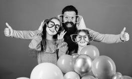 F?te d'anniversaire Engendrez avec deux descendants ayant l'amusement Concept de paternit? Famille amicale utiliser les accessoir images stock