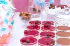 F?te de naissance et bonbons sur la table photographie stock libre de droits