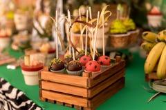 F?te de naissance et bonbons sur la table image stock