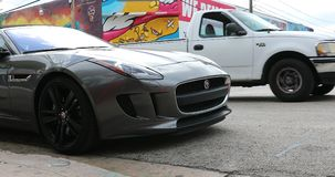 F-tipo autom?vil descubierto de Jaguar en Miami la Florida almacen de video