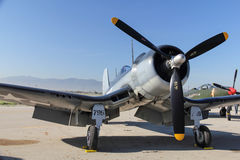 F4U Corsair odpoczywa na asfalcie fotografia royalty free