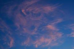 100f 2 8 28 velvia лета nikon s fujichrome пленки f вечера камеры 301 ai В голубом небе, красивые розовые облака цирруса Стоковые Изображения