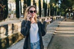 100f 2 8 28 velvia лета nikon s fujichrome пленки f вечера камеры 301 ai Молодая привлекательная женщина в солнечных очках стоит  Стоковое Фото