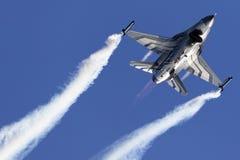 F-16 visar solo Arkivfoton