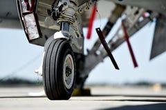 F16 vliegtuigendetail met landingsgestel Stock Afbeeldingen
