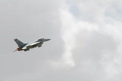 F16 elevado no céu Imagens de Stock