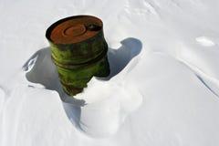 Faß im Schnee Stockfotos