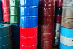 Faß mit zwei Rottönen getrennt auf weißem Hintergrund Stockfotografie