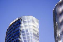 Façade anteriore di una costruzione corporativa blu accanto alla sua costruzione gemellata Immagini Stock