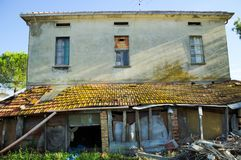 Façade van een oud huis stock afbeeldingen