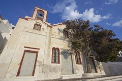 Façade van een oude kerk in Fira Santorini stock fotografie