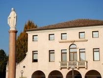 Façade della costruzione che alloggia la città Hall Conselve al sole nella provincia di Padova in Veneto (Italia) Fotografia Stock