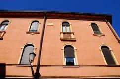Façade som är upplyst vid solen och den blåa himlen som inramas av den Prato dellaen Valle i Padua i Venetoen (Italien) Royaltyfri Foto