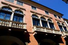 Façade z wielkimi balkonami i szklanymi drzwiami w Padua w Veneto (Włochy) Obrazy Stock