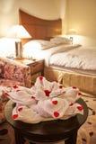 Fałdowy ręcznik jako zwierzę przy łóżkowym czasem fotografia royalty free