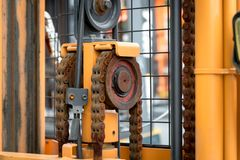Faça à máquina a corrente do motor com a peça da roda da roda denteada do caminhão de empilhadeira fotografia de stock royalty free