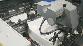 Faça à máquina o trabalho na casa de impressão, indústria do polígrafo vídeos de arquivo