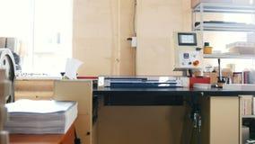 Faça à máquina o trabalho na casa de impressão, indústria do polígrafo - equipamento da limpeza vídeos de arquivo