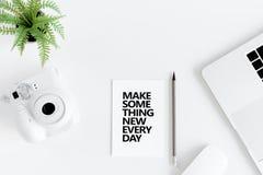 Faça a algo citações inspiradores diárias novas e câmera instantânea no local de trabalho Foto de Stock Royalty Free