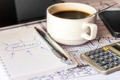 Faça as soluções de um negócio, escrevendo as ideias novas Fotos de Stock Royalty Free