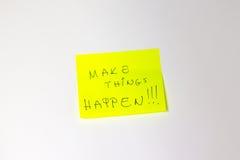 Faça coisas acontecer post-it inspirador Imagens de Stock Royalty Free