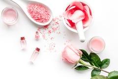 Faça cosméticos com óleo cor-de-rosa Almofariz com pétalas cor-de-rosa e pilão no copyspace de pedra cinzento da opinião superior Imagens de Stock