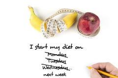 Faça dieta, comer saudável, alimento e pese o conceito da perda - próximo acima da maçã da banana e da fita de medição foto de stock royalty free