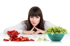 Faça dieta, jovem mulher que escolhem entre frutos e doces. torne mais pesado o los Fotografia de Stock