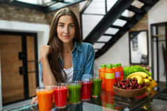 Faça dieta a nutrição Mulher com Juice Smoothie In Kitchen fresco Fotografia de Stock