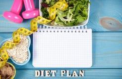 Faça dieta o plano, o menu ou o programa, a fita métrica, os pesos e o alimento da dieta, a perda de peso e o conceito da desinto Imagens de Stock Royalty Free