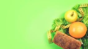 Faça dieta, pese a perda, comer saudável, conceito dos alimentos frescos Pão da grão do alimento saudável, vegetais, frutos e ver fotografia de stock royalty free
