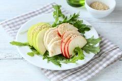 Faça dieta a salada com maçãs, aipo e rúcula Foto de Stock Royalty Free