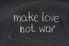 Faça a guerra do amor não no quadro-negro fotos de stock