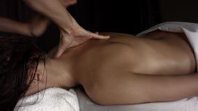 Faça massagens o pescoço de uma menina com óleo video estoque