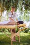 Faça massagens a terapia, conceito dos cuidados médicos, encontro fêmea na cama da massagem fotografia de stock