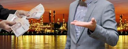 Faça o dinheiro do negócio da refinaria de petróleo Foto de Stock Royalty Free
