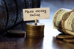 Faça o dinheiro em linha fotografia de stock