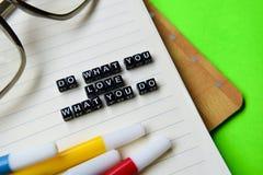 Faça o que você ama o que você faz a mensagem em conceitos da educação e da motivação fotos de stock