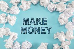 Faça o texto do dinheiro com as bolas de papel amarrotadas imagem de stock