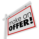 Faça palavras de uma oferta para o preço do comprador do sinal de Real Estate da venda Foto de Stock Royalty Free