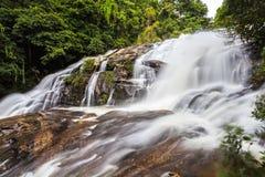 Faça sinal à água borrada da cachoeira do Pa Dok Siew & do x28; Rak Jung waterfal Imagens de Stock Royalty Free