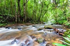 Faça sinal à água borrada da cachoeira do Pa Dok Siew & do x28; Rak Jung waterfal Fotos de Stock Royalty Free