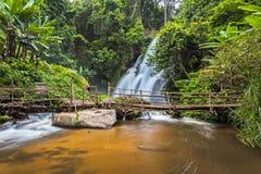 Faça sinal à água borrada da cachoeira do Pa Dok Siew & do x28; Rak Jung waterfal Fotografia de Stock Royalty Free