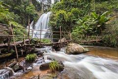 Faça sinal à água borrada da cachoeira do Pa Dok Siew & do x28; Rak Jung waterfal Fotografia de Stock