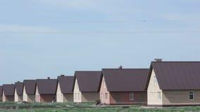 Faça sinal ao longo do distrito novo com as casas modernas do tijolo do conforto vídeos de arquivo
