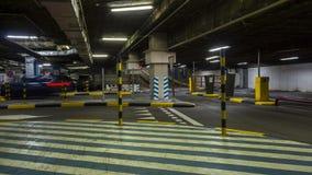 Faça sinal no estacionamento subterrâneo do hipermercado, lapso de tempo vídeos de arquivo