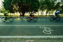 Faça sinal silhueta borrada um à parte do ciclista que vai rapidamente em uma bicicleta Foto de Stock