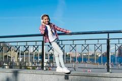 Faça sua criança feliz com os melhores fones de ouvido avaliados das crianças disponíveis agora Aprecie a música em toda parte Os foto de stock royalty free