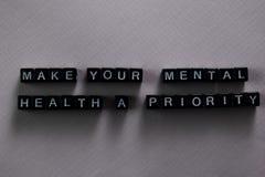 Faça a sua saúde mental uma prioridade em blocos de madeira Conceito da motiva??o e da inspira??o imagens de stock